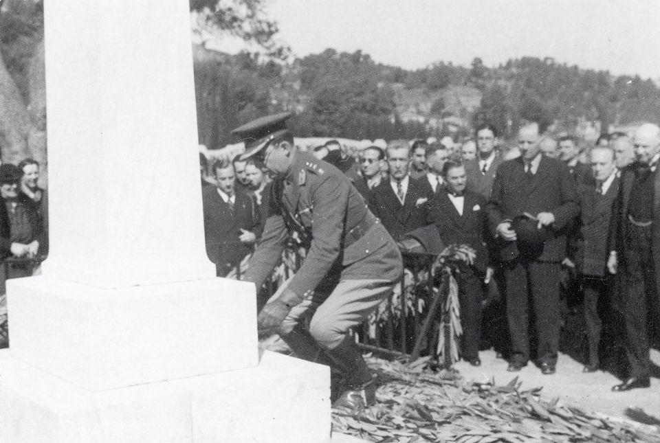 Cerimônia de transferência do coração do Barão Pierre de Coubertin, Olímpia, 1938 – O Príncipe Herdeiro Paulo da Grécia coloca a urna com o coração de Coubertin no fundo da estela dedicada ao Barão.
